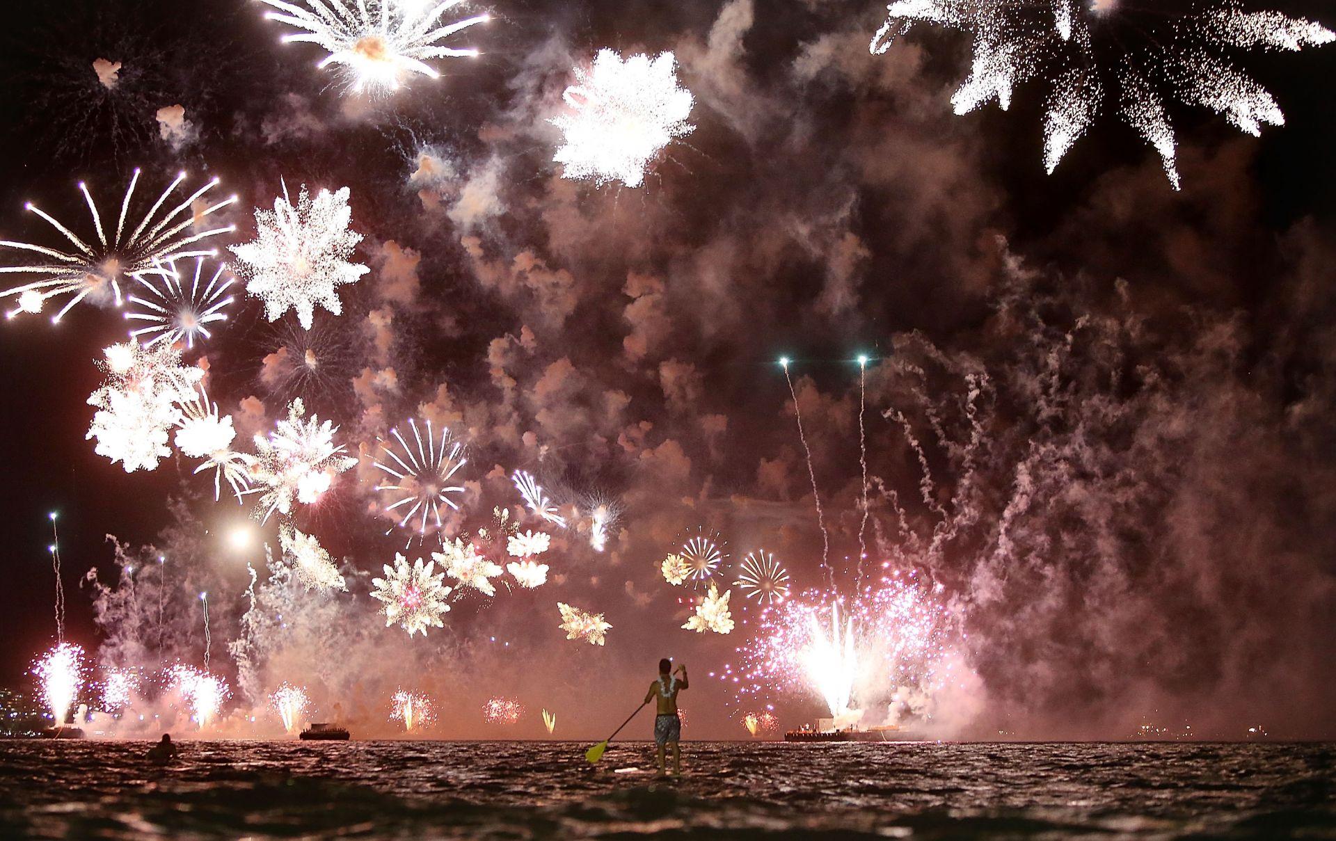 Мъж посреща Нова година на плажа Копакабана