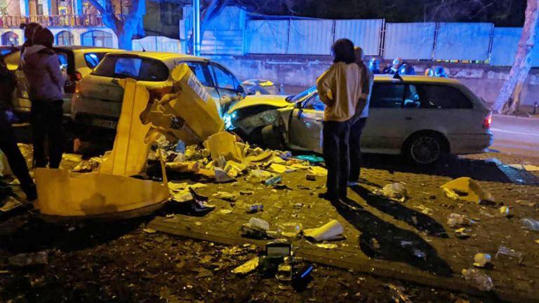 БМВ удари последователно 4 контейнера и 7 паркирани на тротоара