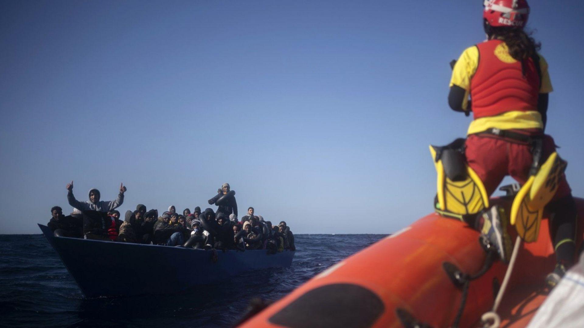 Кораб, спасил 265 мигранти в Средиземно море, търси пристанище