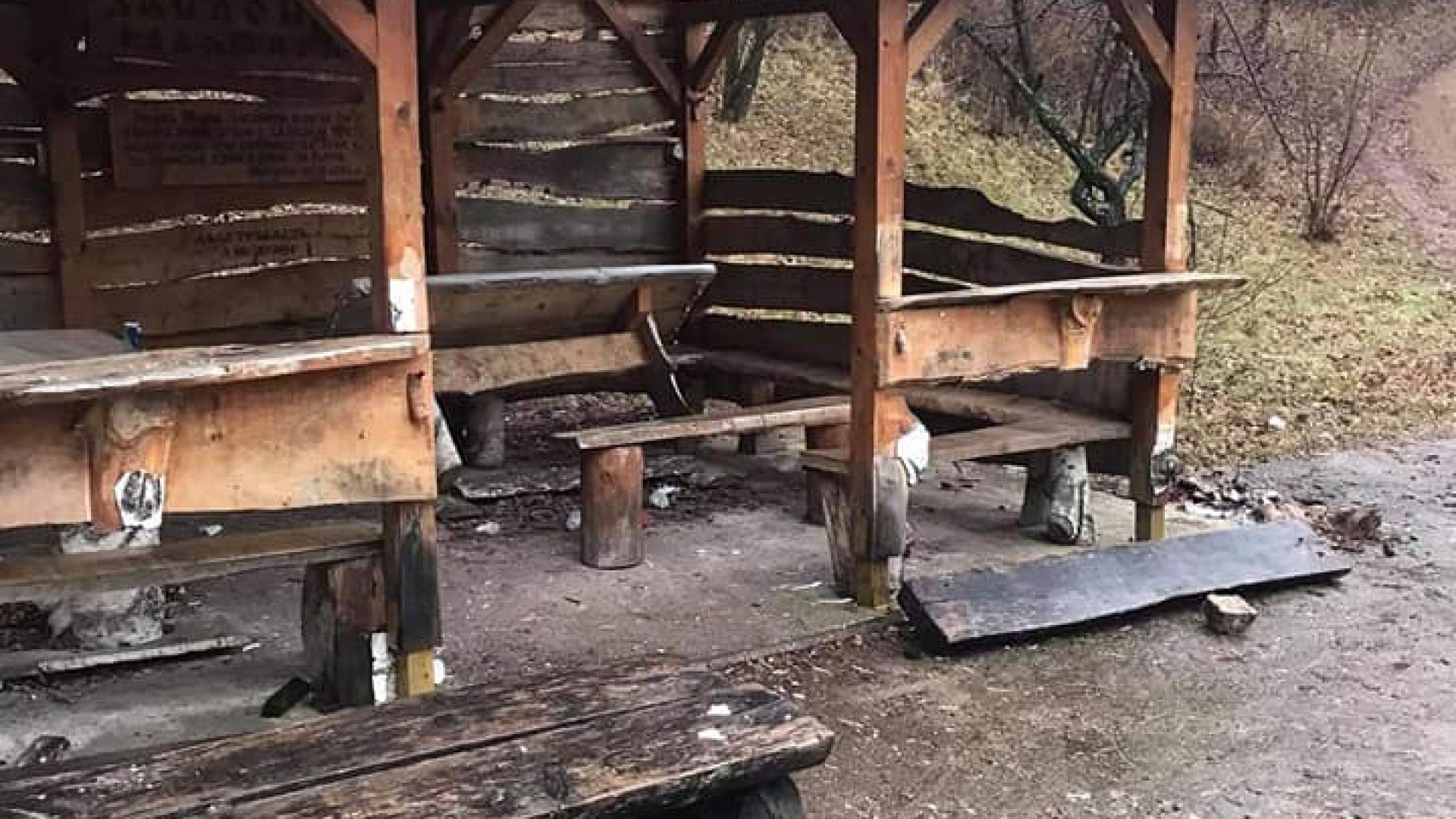 Вандали разрушиха заслон в свято място за Радомир (снимки)