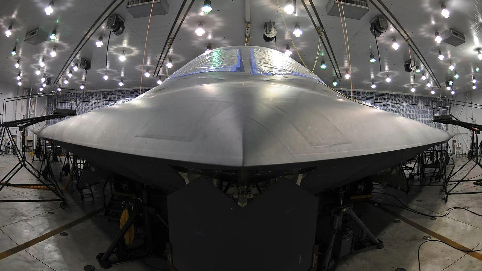 Снимки разкриват защо стелт самолетът B-2 прилича на летяща чиния