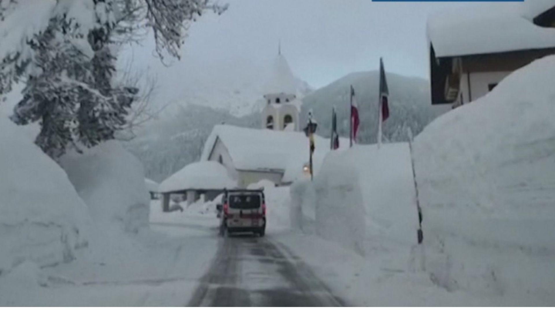 Двуметров сняг затрупа Северна Италия (видео)