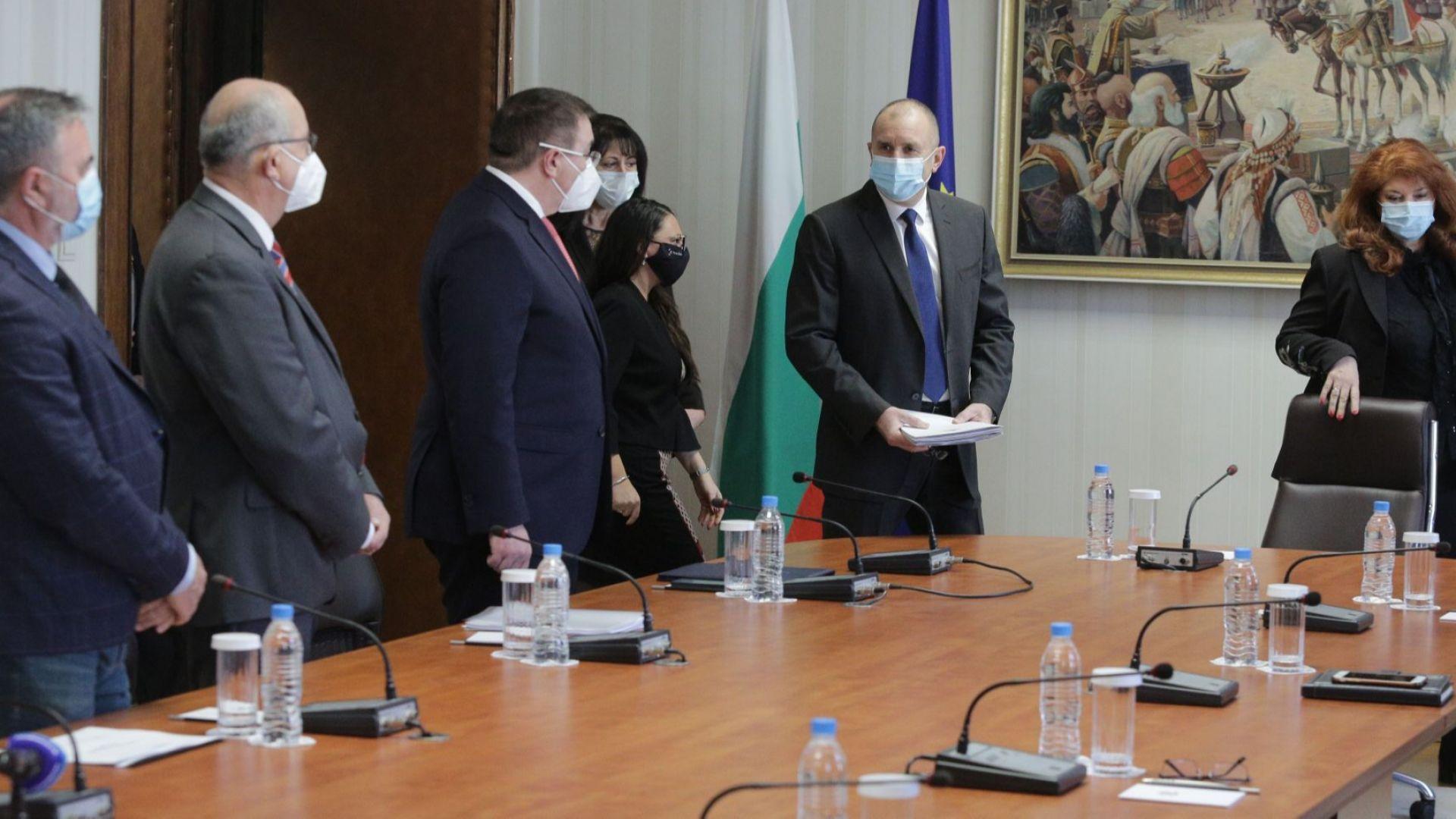 """Радев събра здравните експерти заради изборите, правят протокол """"вот при карантина"""""""