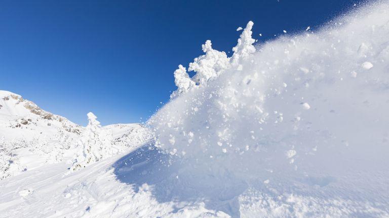 Инцидентните в планината продължават. Днес лавина затрупа сноубордист в улеите