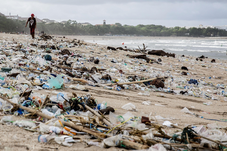 Най-известните плажове в Бали са затрупани от пластмаса