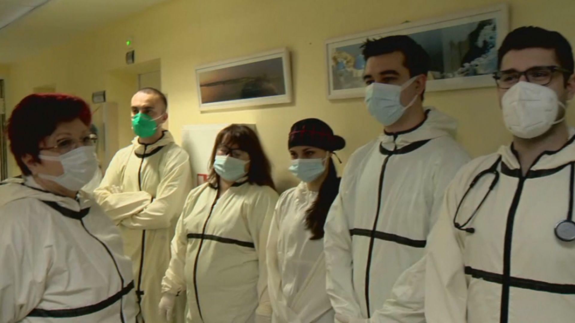 Емоционални послания пред COVID-отделение дават сили на героите в бяло
