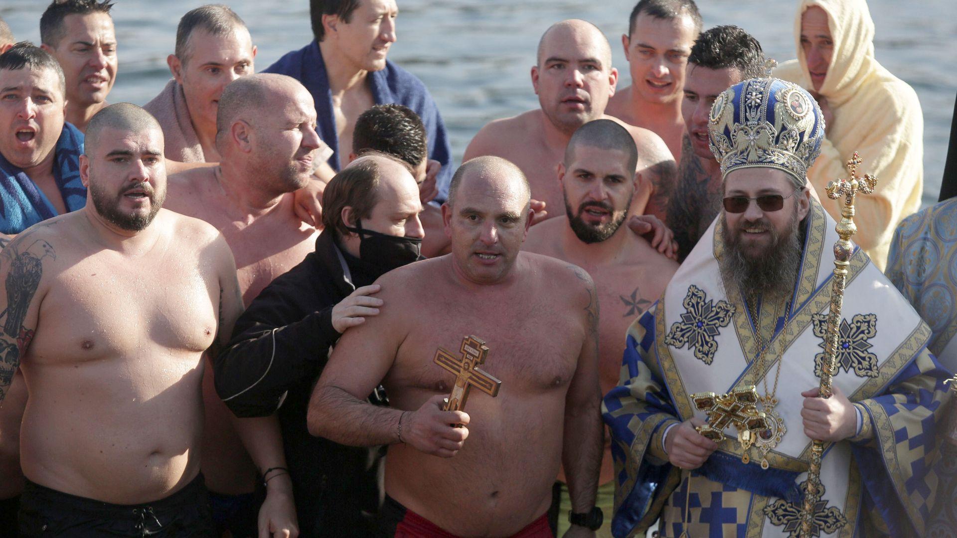 """25 смелчаци скочиха за кръста в езерото в """"Дружба"""""""