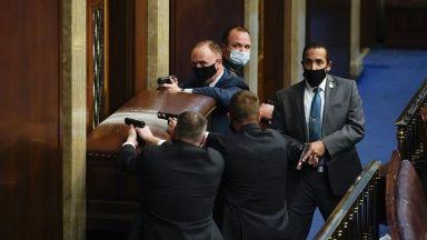 Протестиращи нахлуха в Капитолия, евакуират сенатори, има простреляна жена (видео)