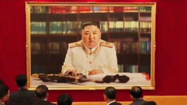 Ким Чен-ун за първи път с военна униформа и автомат на портрет