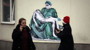 """Колаж на Пиета на Микеланджело на фасадата на """"Пирогов"""""""