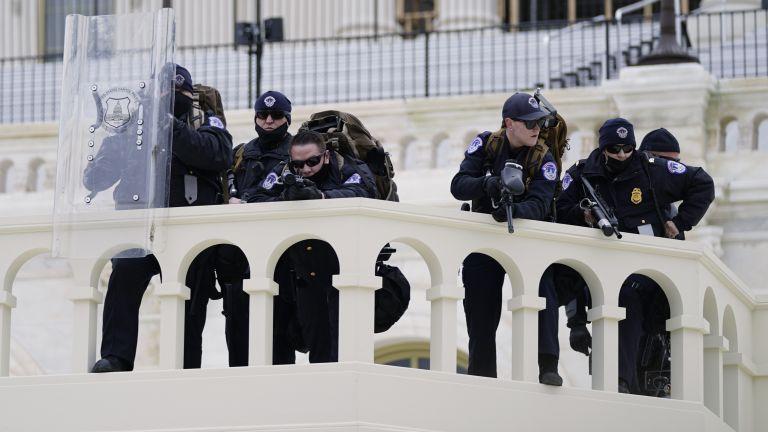 В САЩ награждават полицаите, защитавали Капитолия при щурма на 6 януари