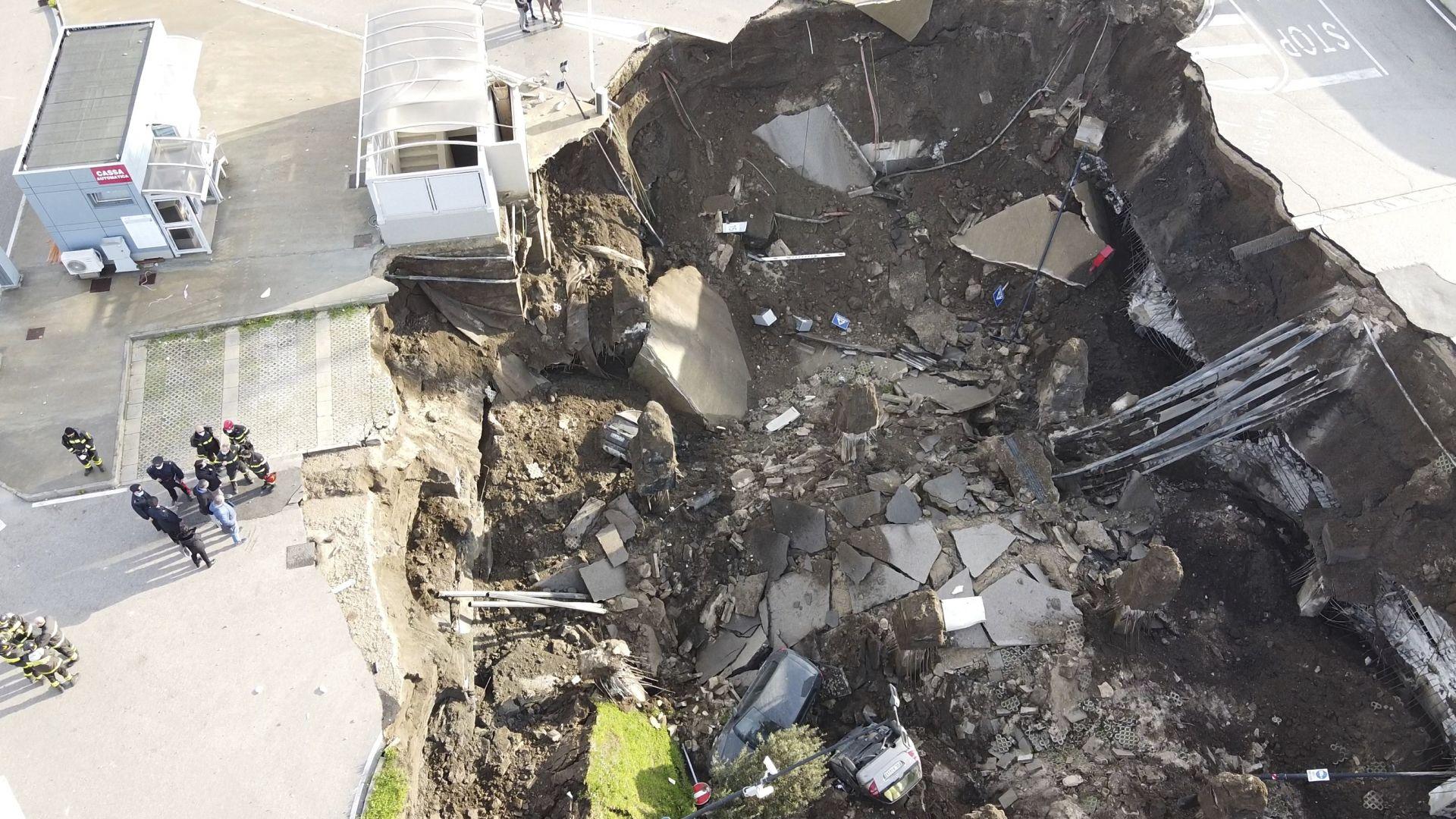 Огромен кратер погълна коли до болница в Неапол (снимки и видеа)