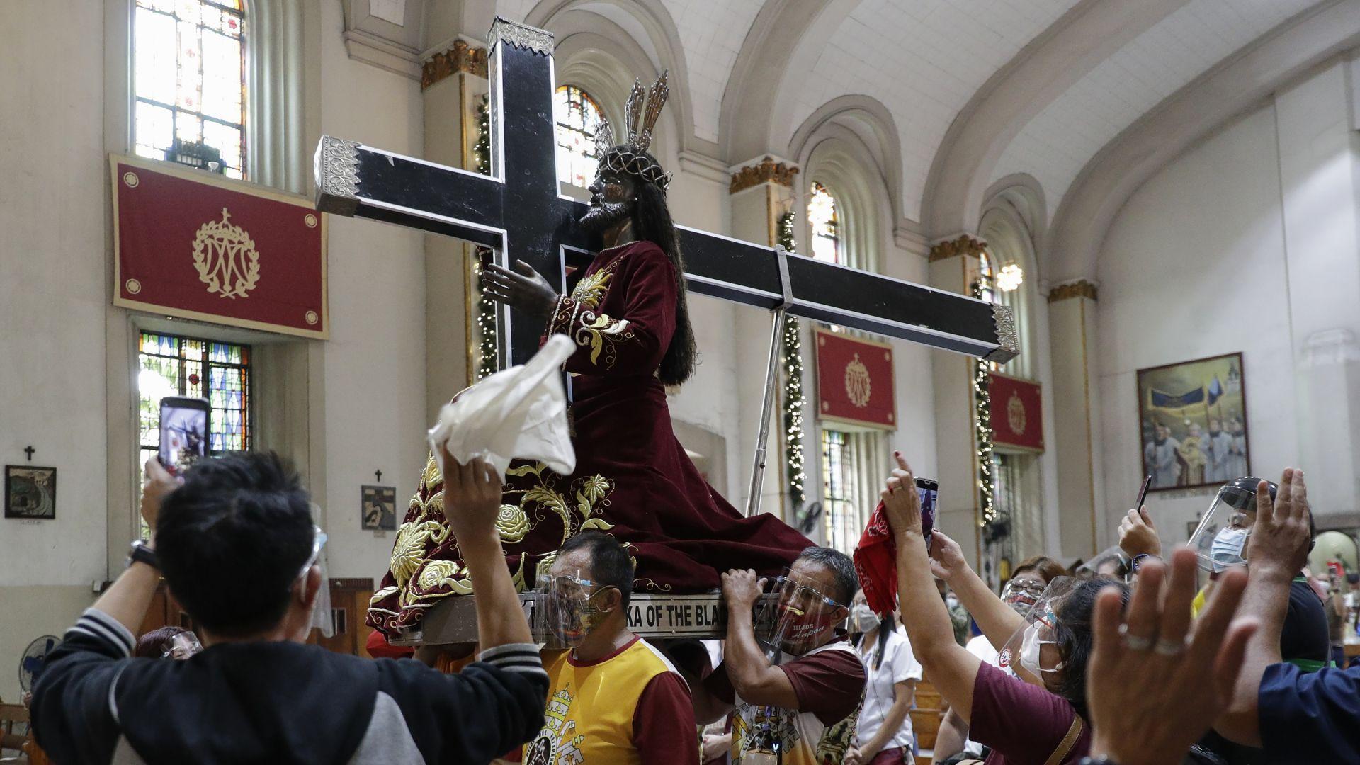 Стотици хиляди се стекоха в Манила да видят Черния назарянин (снимки)