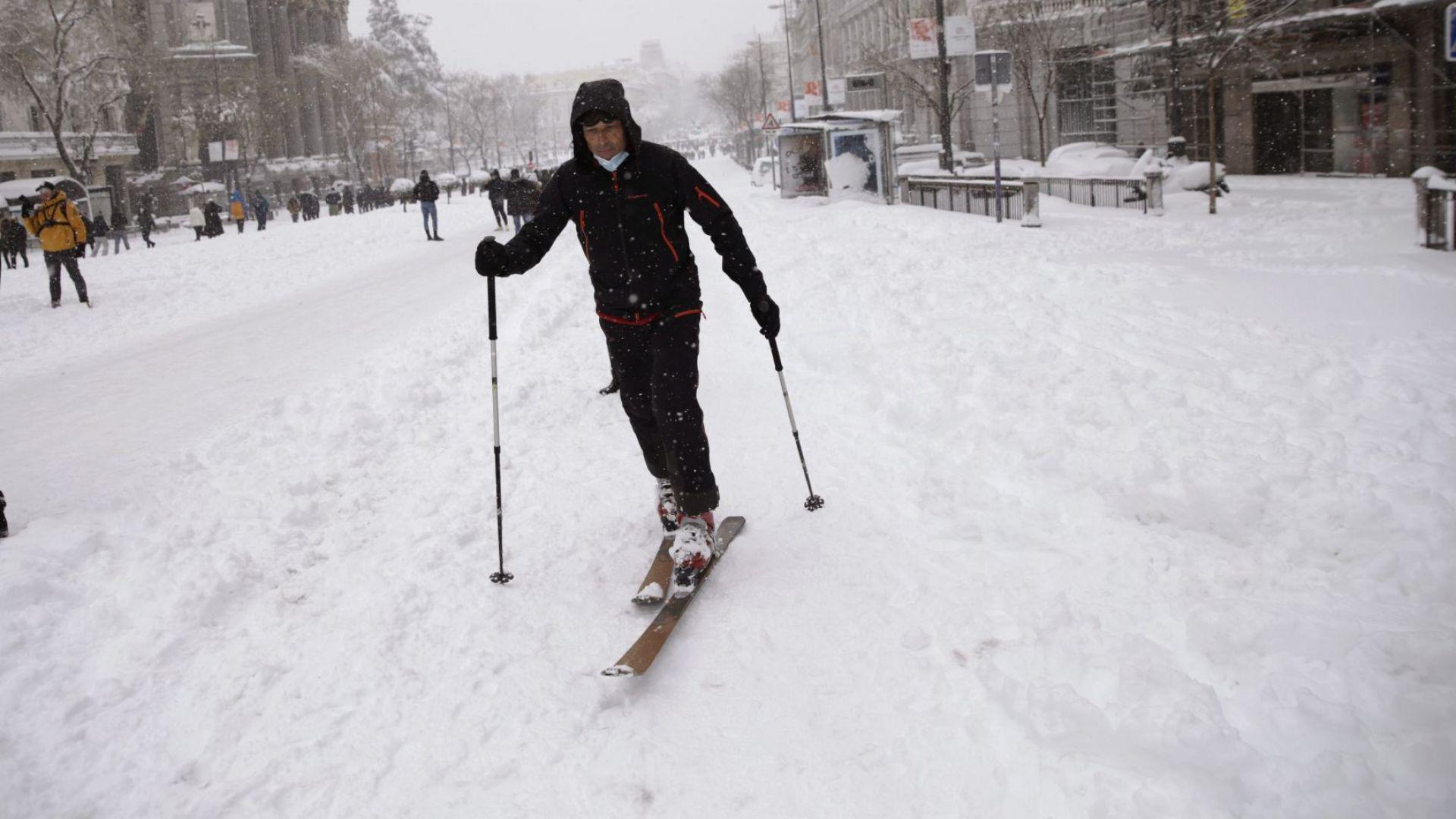 Шейни и ски по улиците на Мадрид: Снежното бедствие отнема животи в Испания (снимки)