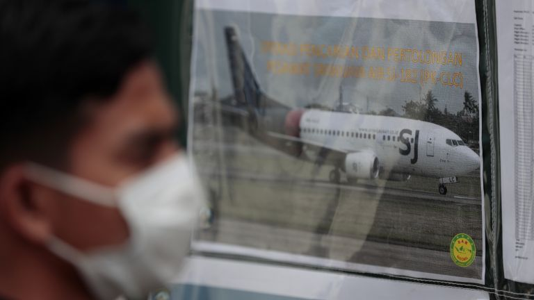 Индонезийските власти откриха черната кутия със записите от разговорите в
