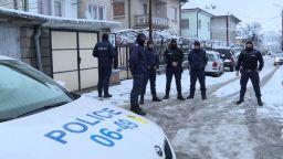Щурмуваха къщата, в която загина 8-годишният Томи. Пращат жандармерия в Мездра