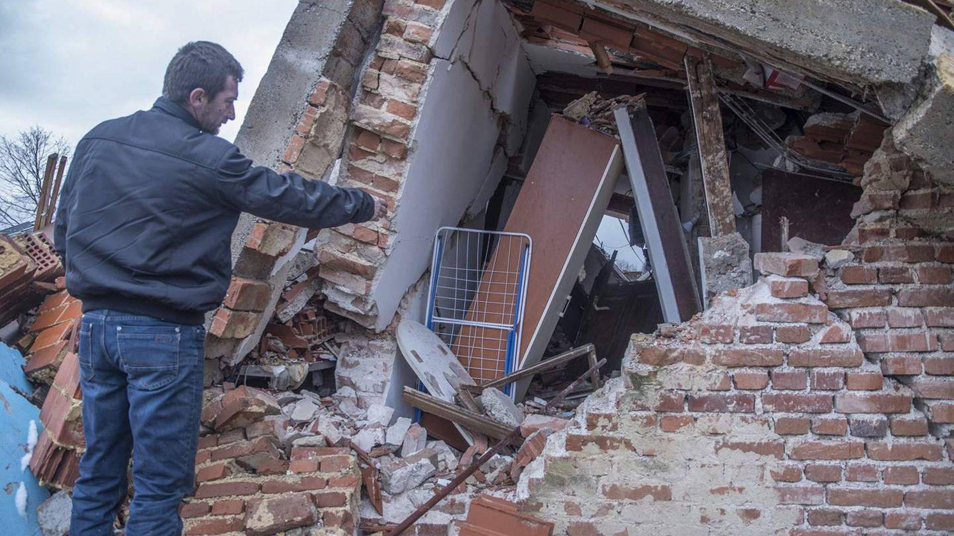 Големи дупки се отвориха в земята под Петриня след серията земетресения