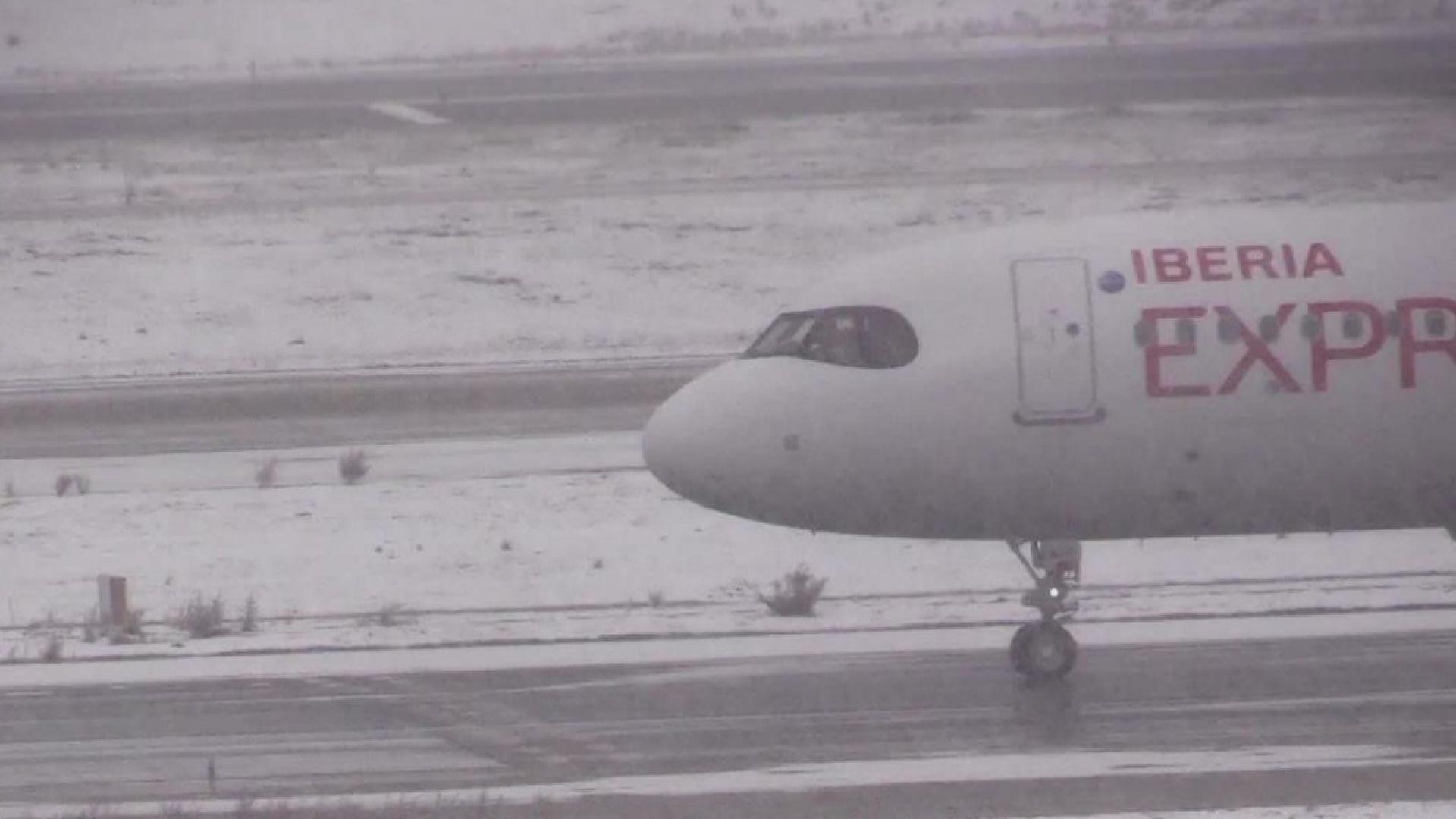 Парализираното от снежната буря летище в Мадрид възобновява работа