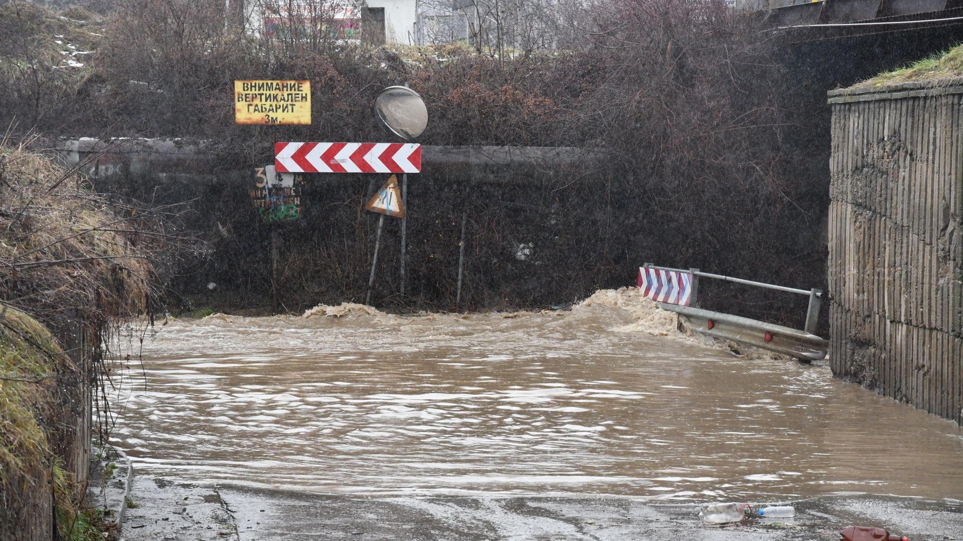 Река Искър излезе от коритото си в Курило, изпускат язовири в София (снимки)