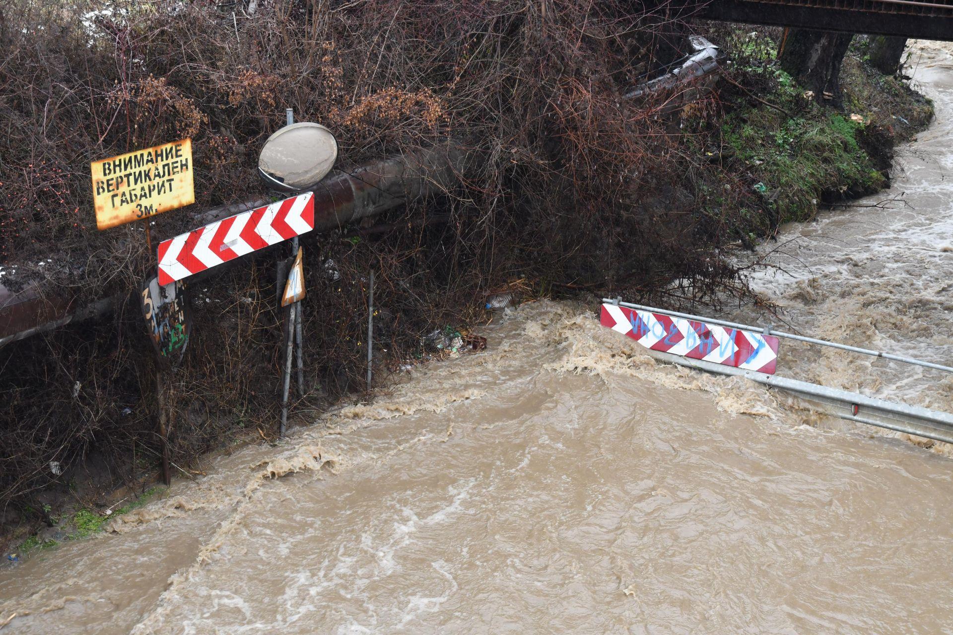 Река Искър излезе от коритото си при кв.Курило в София