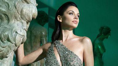 Сексапил в прозрачна рокля: Диляна Попова засенчи произведения на изкуството
