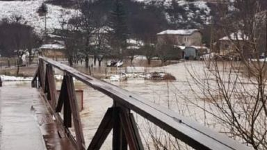 Реки преляха в Пернишко, бедствено положение в Трън, хиляди без ток в Монтанско
