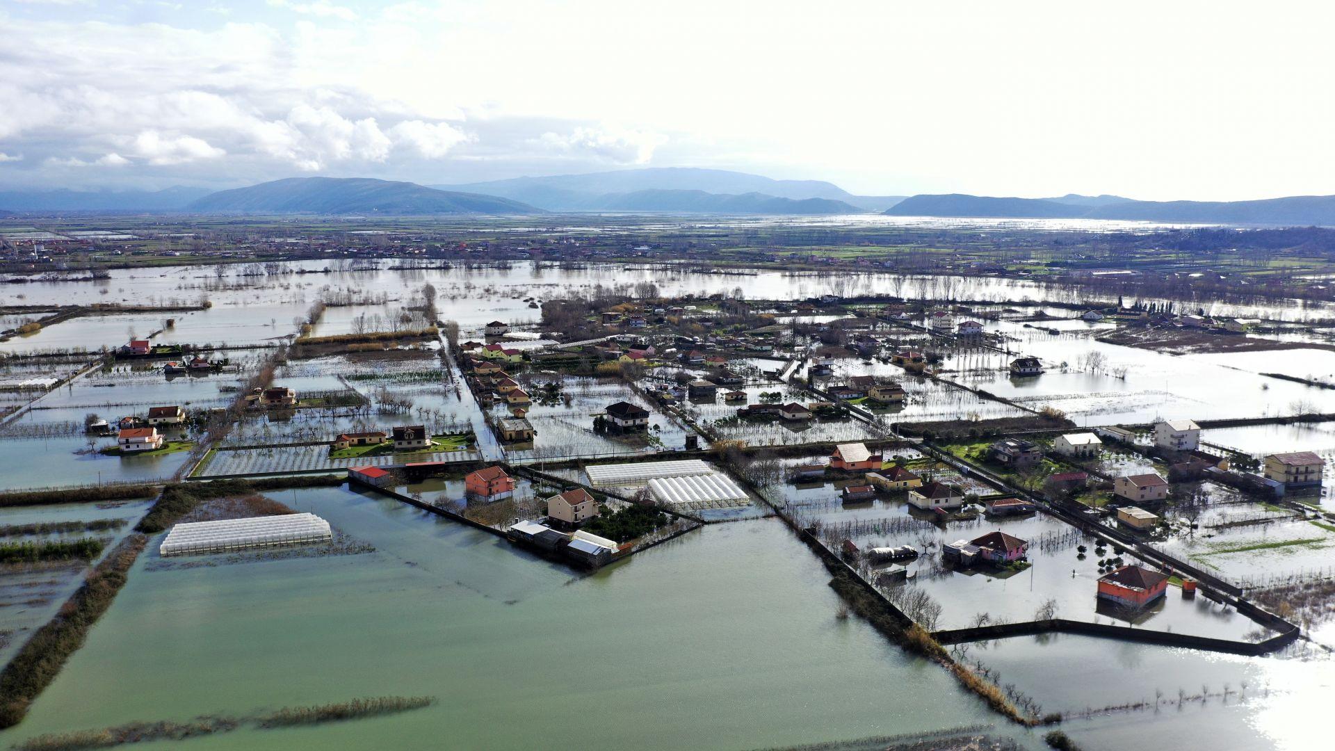 Сняг и порои на Балканите: затворени пътища, ограничения и наводнения (снимки)