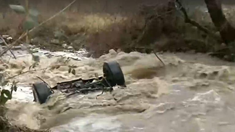 Водите на река Градевска отнесоха джип