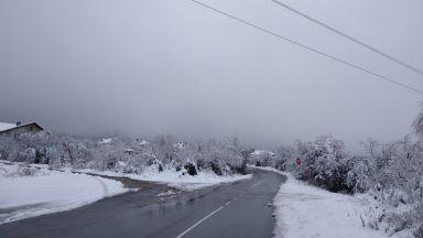 Снегът спира през нощта, затопля се от утре, нови валежи през уикенда