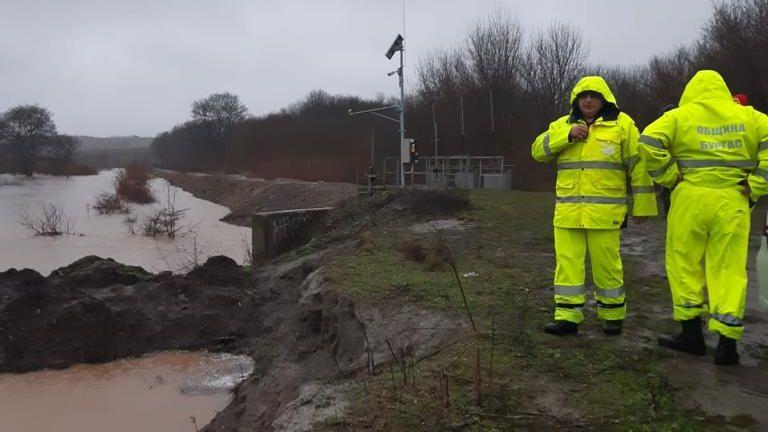 Продължава отводняването в Бургаско, идва и заледяване