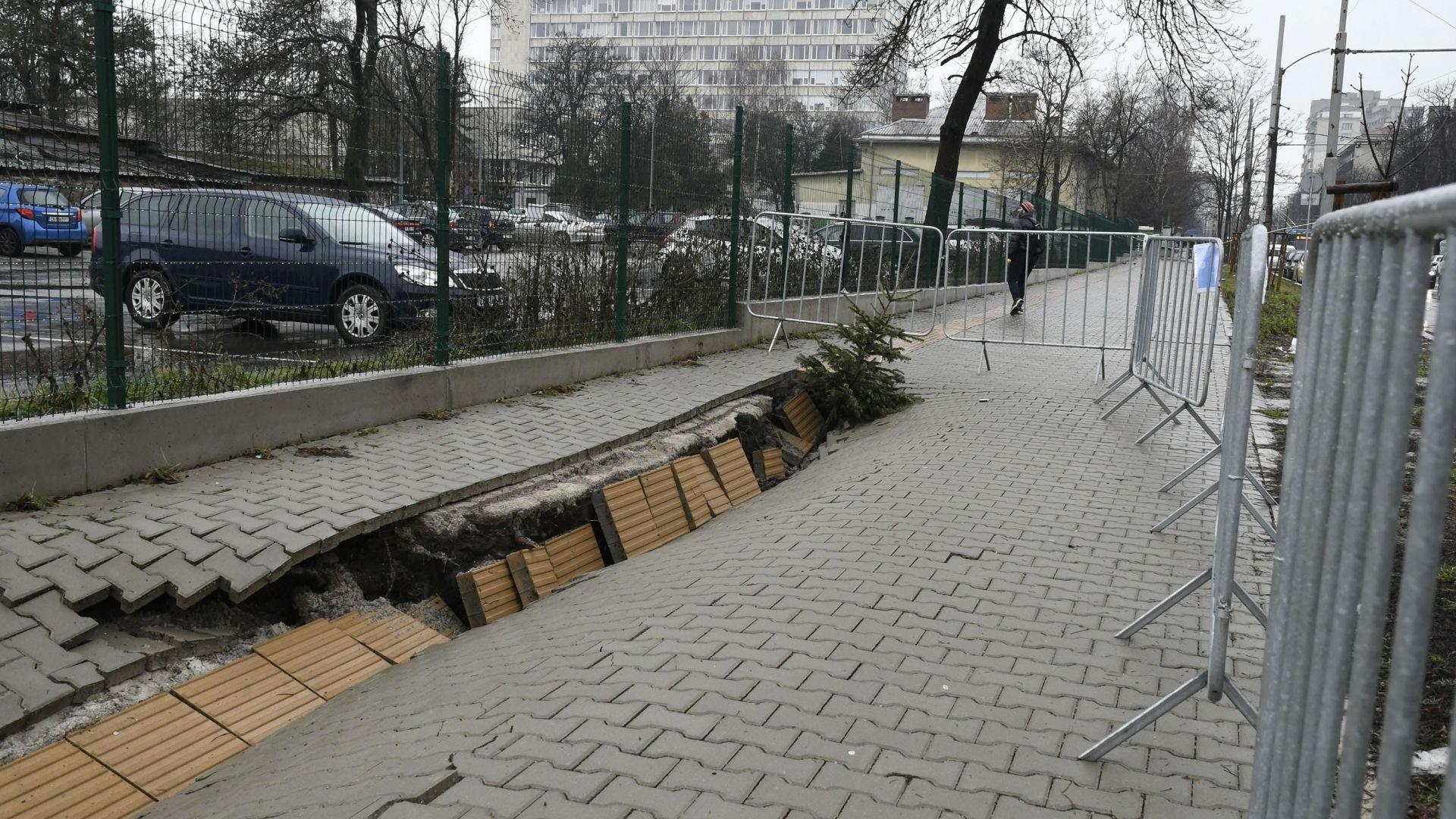 Пропадна тротоарът при Медицинска академия, изграден преди месеци (снимки)
