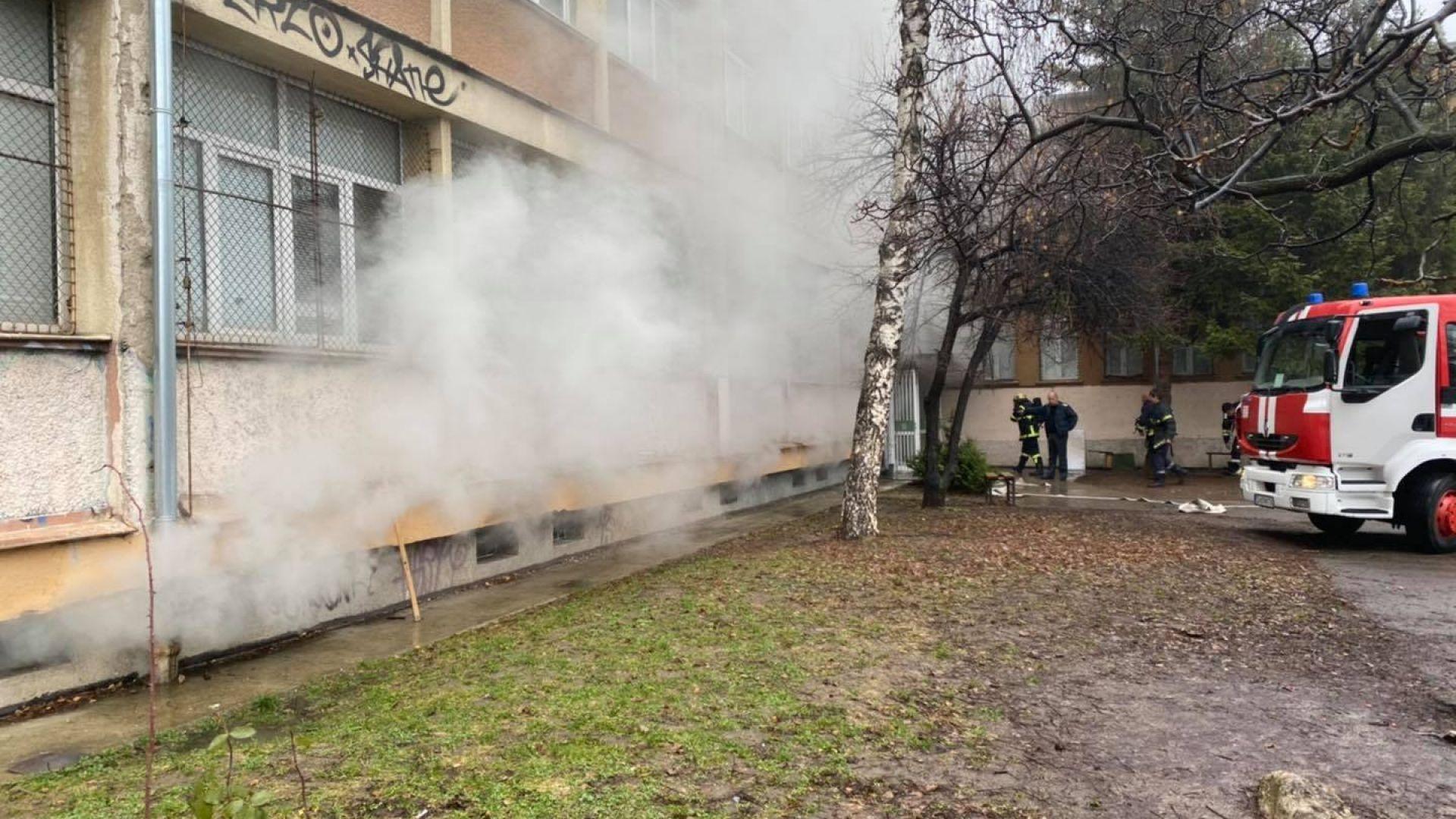 Евакуираха 180 деца заради пожар в столичното 93-то училище (снимки)