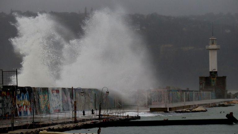 Огромни вълни прехвърлят вълнолома в морската столица. Водните гейзери, които