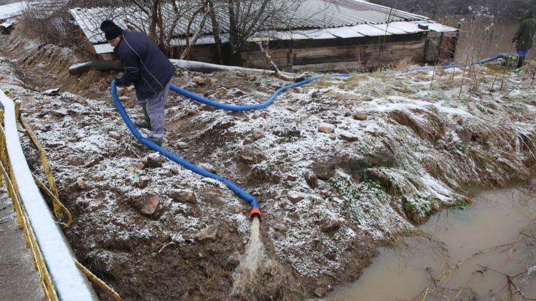 Трето денонощие България e във воден капан. Аварийни и пожарни