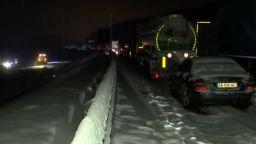 Над 2000 автомобила блокирани в снега на магистрала във Франция (видео)