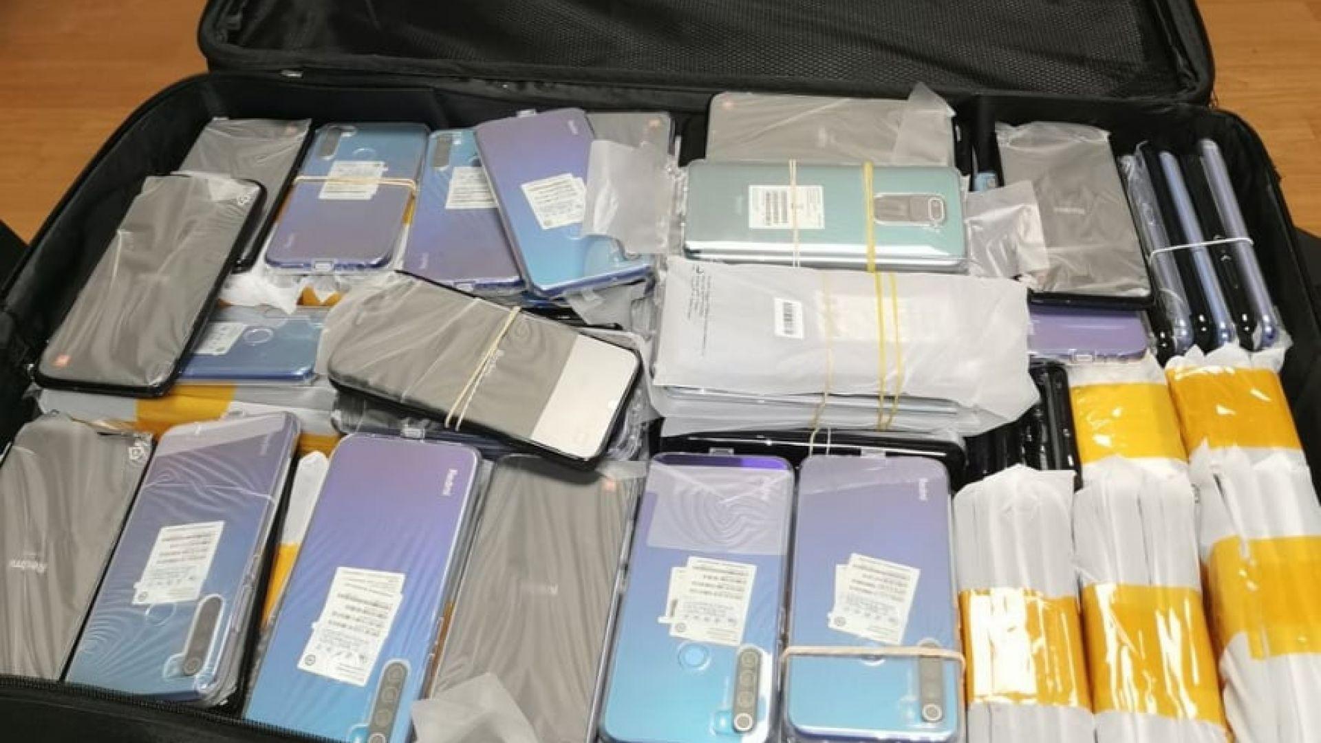 Митничари задържаха голямо количество недекларирани смартфони