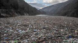 Извадиха 560 т боклук от плаващото сметище в река Искър