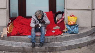 Добри хора спасиха бедстваща двойка бездомници в центъра на София (снимки)