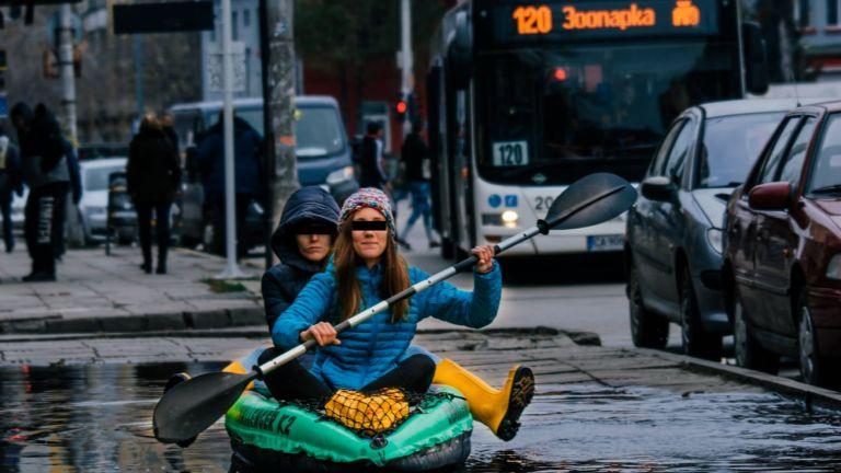 Стрийт сатира в гумени ботуши:  С кану по локвите между два квартала или една градска рапсодия