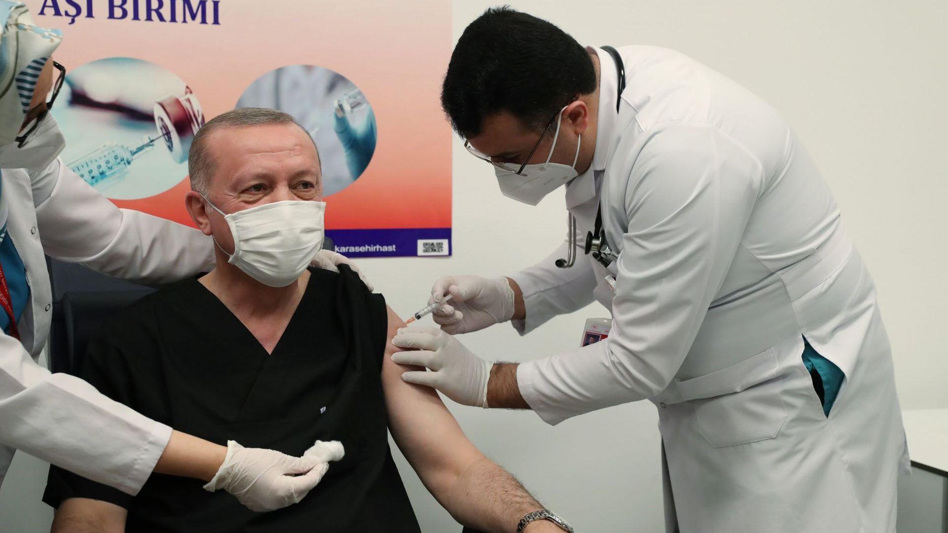 Ердоган си постави китайската ваксина срещу COVID-19 (видео)