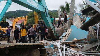 6,2 по Рихтер разтърси Индонезия, има десетки жертви и рухнала болница (снимки, видео)