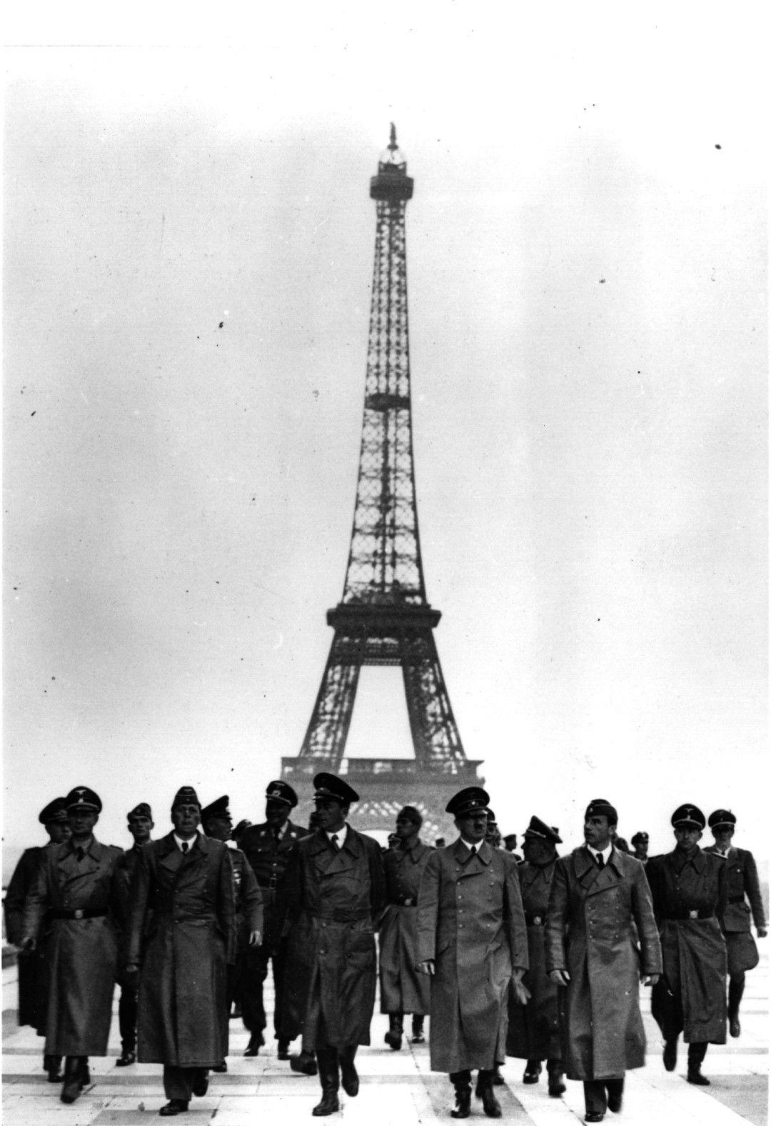 Адолф Хитлер при Айфеловата кула