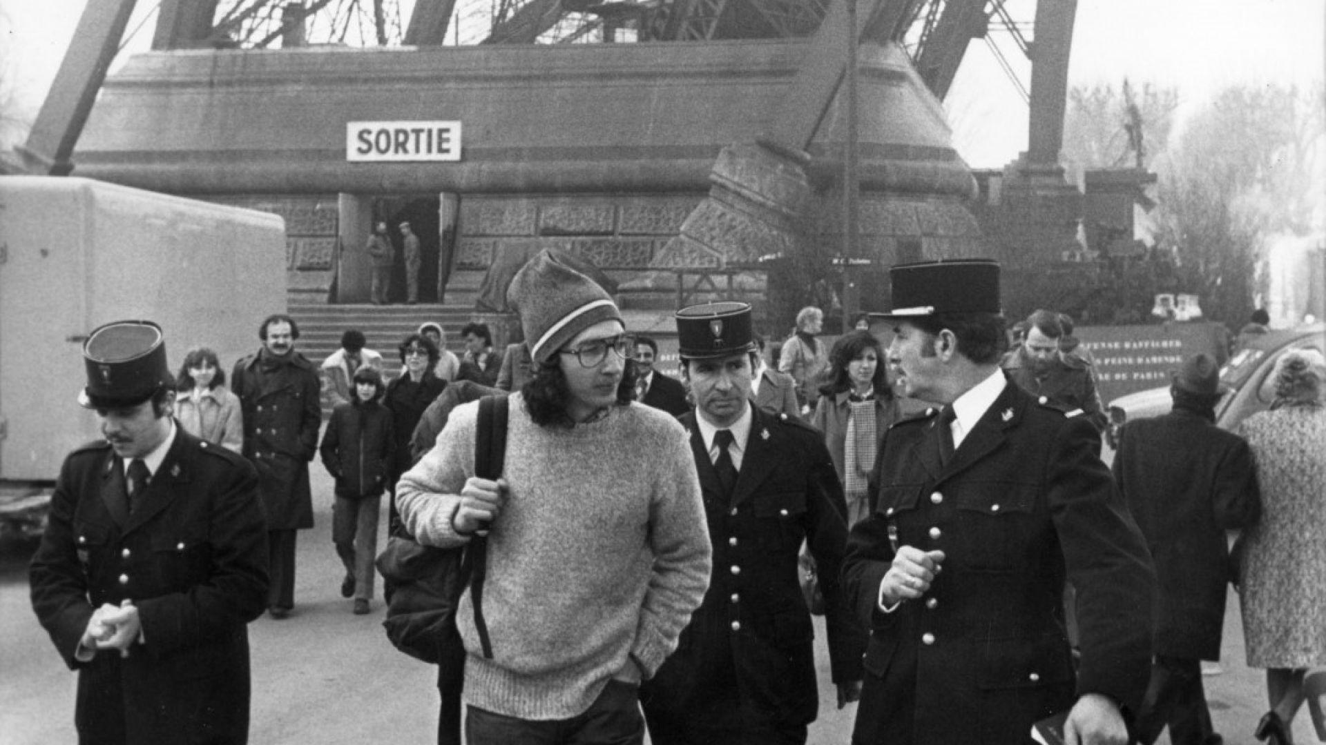 Дъг Алън и жандармерията при свалянето му от Айфеловата кула