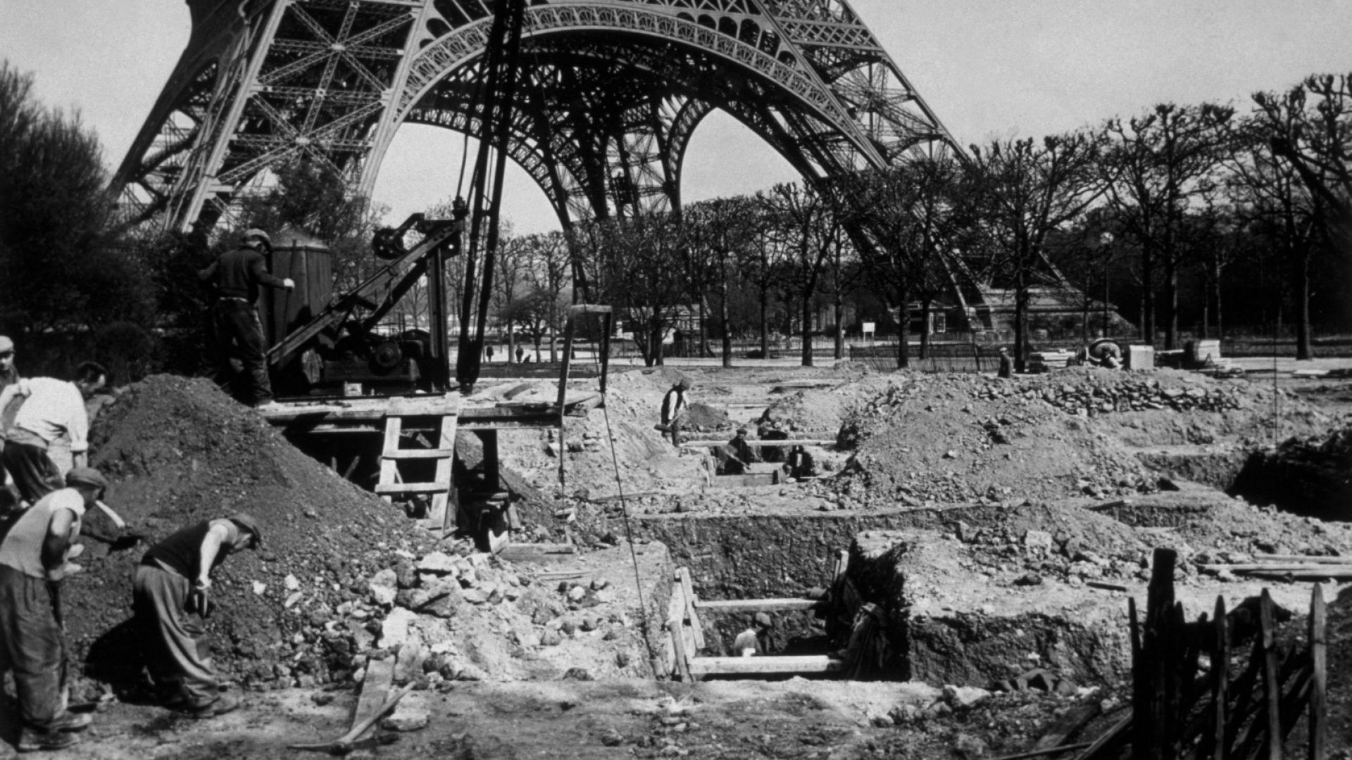 Убежище срещу въздушни атаки в основата на Айфеловата кула.