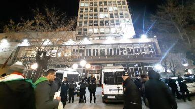 """Засилено полицейско присъствие около БНТ, протестиращи искаха """"среща"""" с Каракачанов (снимки, видео)"""