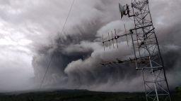 Вулкан на остров Ява изригна и изхвърли по склоновете си газ и пепел