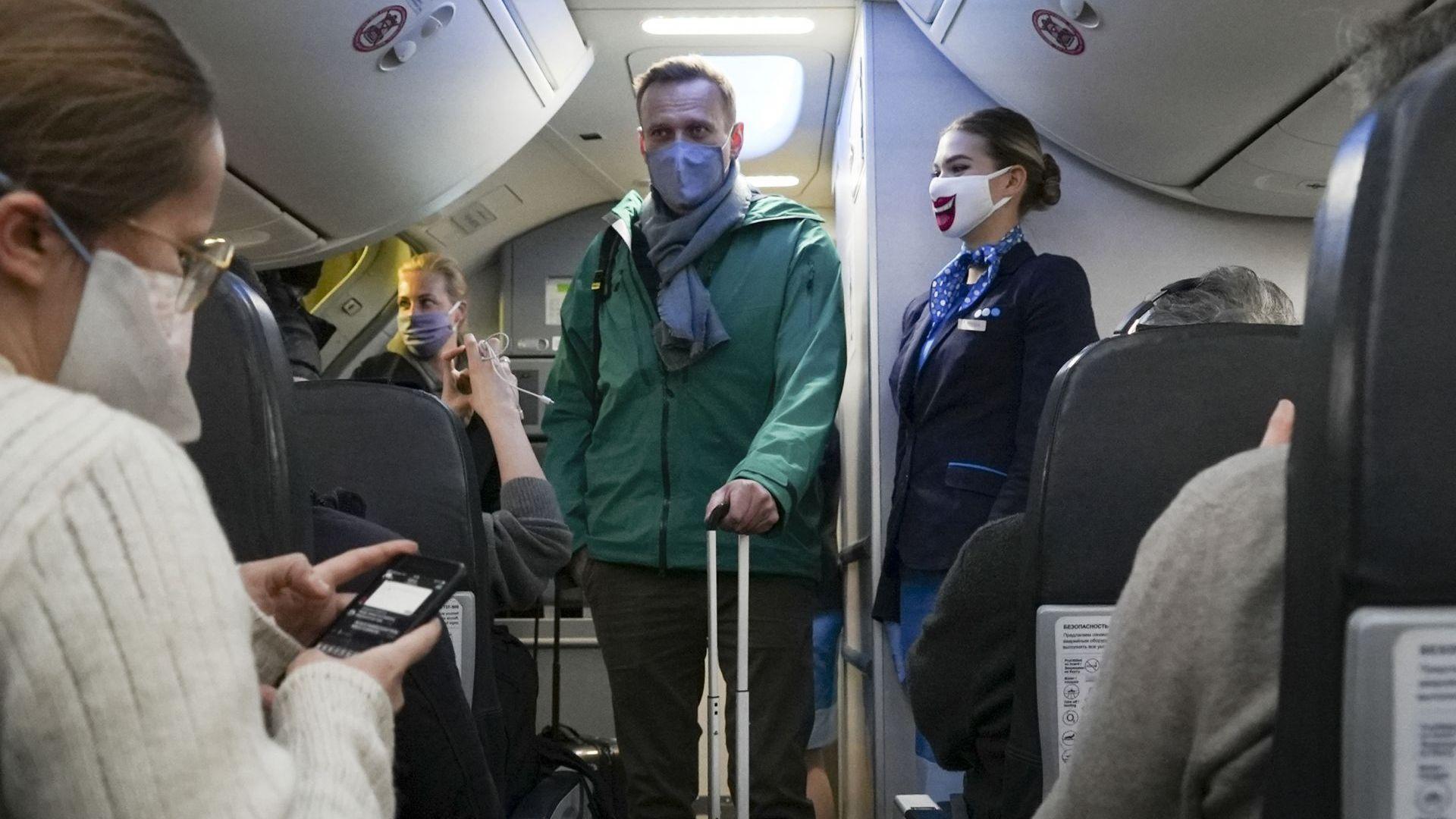 Самолетни неволи и арест при завръщането на Навални в Русия (снимки, видео)