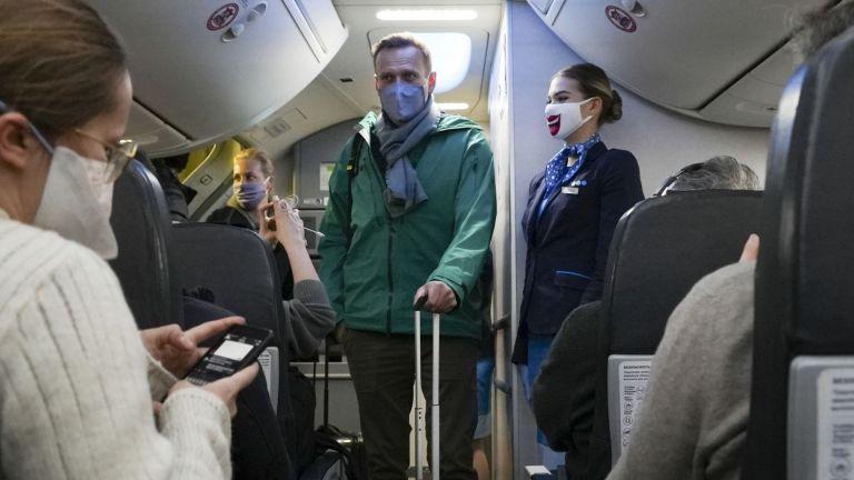 Със самолетни неволи и арести на привърженици бе съпроводено завръщавето