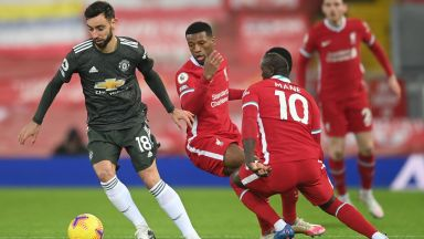"""""""Анфийлд"""" не видя победител в дербито и Манчестър Юнайтед остава на върха"""