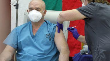 Започнаха реимунизациите: Втора доза получиха здравният министър и проф. Мутафчийски (видео)